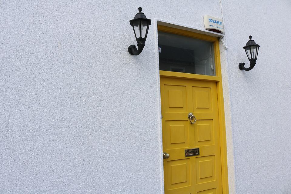 drzwi drewniane zółte